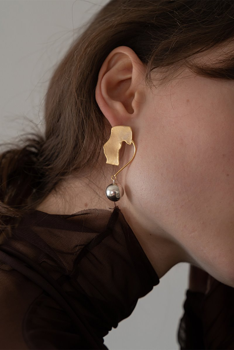 '004 COLLECTION' ASYMMETRIC FLAT WITH BALL EARRING